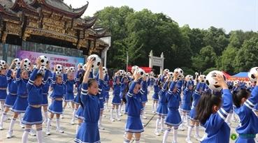 """江西省""""5.20""""中国学生营养日启动仪式在乐平市市政府广场古戏台前举行。启动仪式上乐平小学生在跳足球操"""