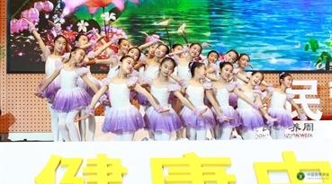 小学生表演舞蹈